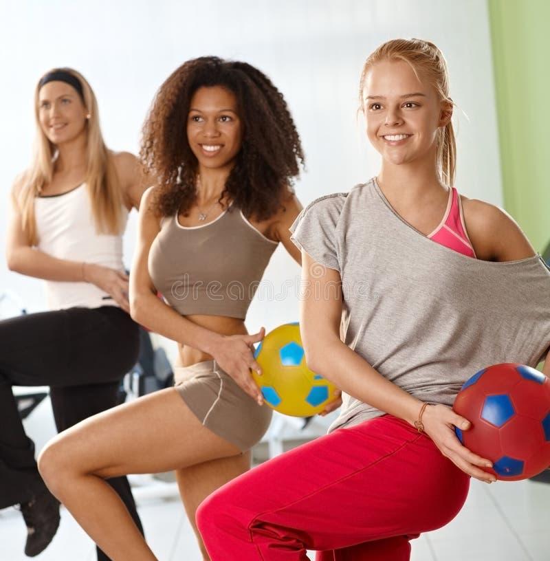 Meninas bonitas que exercitam com bola imagens de stock royalty free