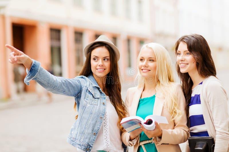 Meninas bonitas que procuram o sentido na cidade fotografia de stock