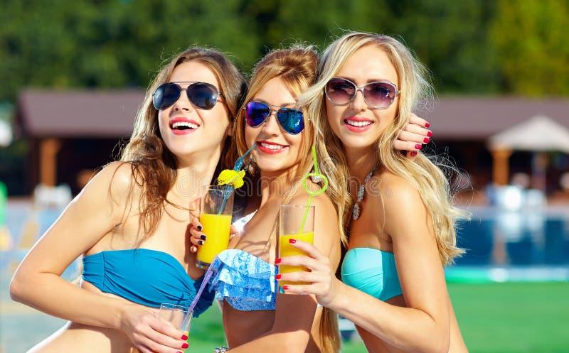 Meninas bonitas que têm o divertimento no partido do verão fotos de stock