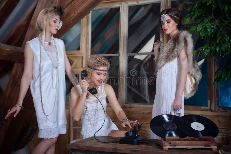 Meninas bonitas vestidas em equipamentos do estilo do flapper foto de stock royalty free