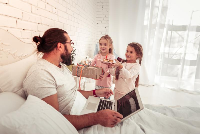 Meninas bonitos alegres que felicitam seu pai amado imagem de stock royalty free