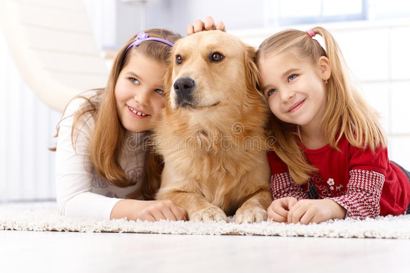 Meninas bonitos com sorriso do cão de estimação imagens de stock royalty free
