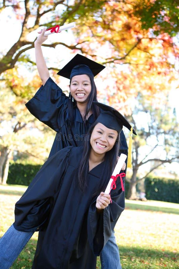 Meninas bonitos na graduação fotografia de stock royalty free