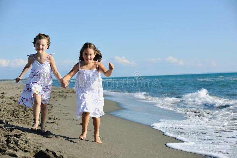 Meninas bonitos que funcionam na praia foto de stock royalty free