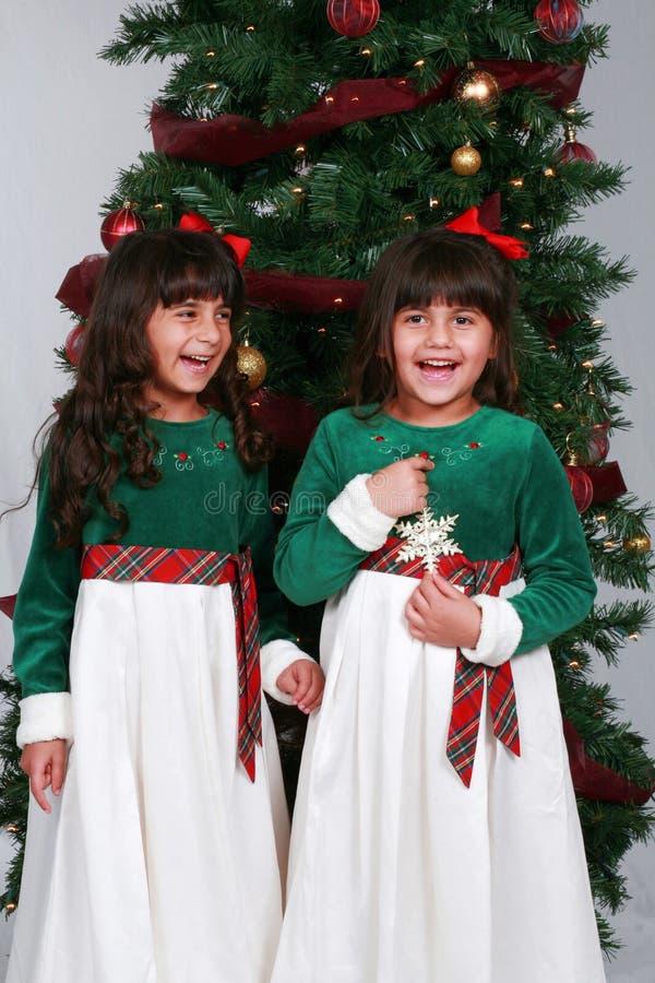 Meninas com árvore de Natal imagem de stock