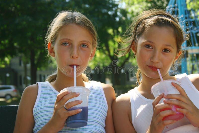 Meninas com bebidas Takeout imagens de stock royalty free