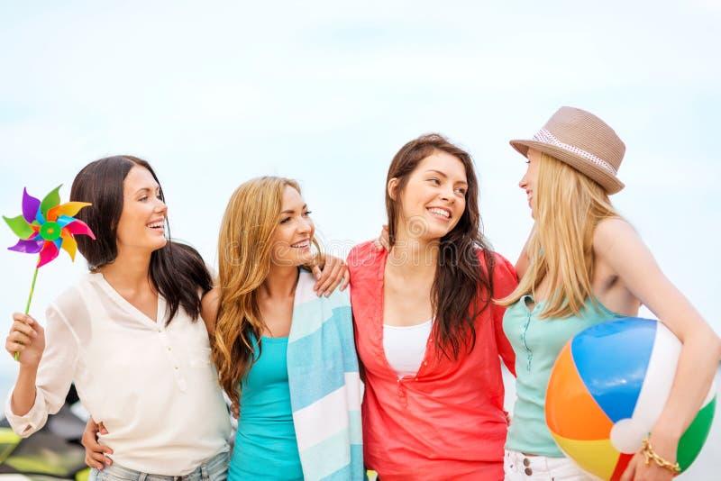 Meninas com a bola na praia foto de stock royalty free