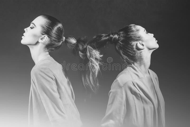 Meninas com cabelo longo trançado na trança imagens de stock