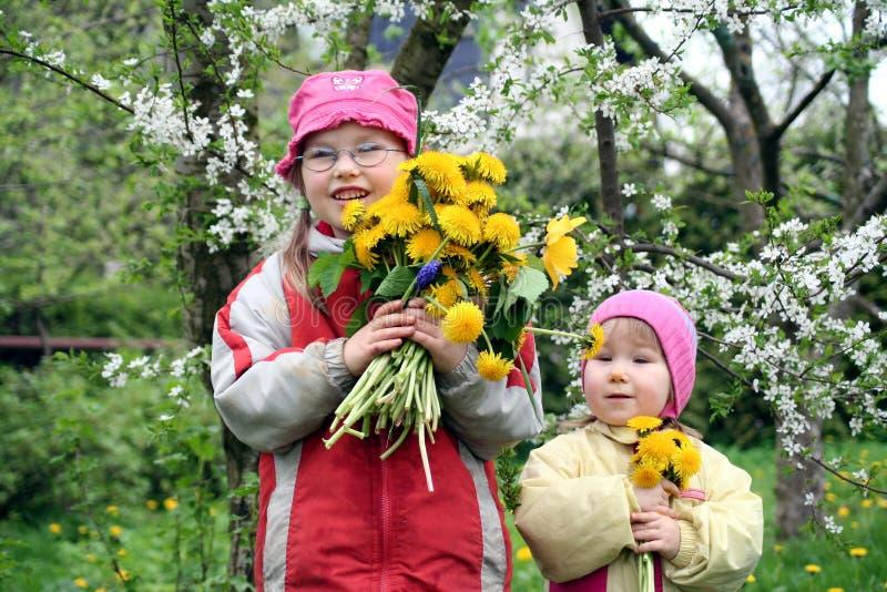 Meninas com flores da mola fotografia de stock