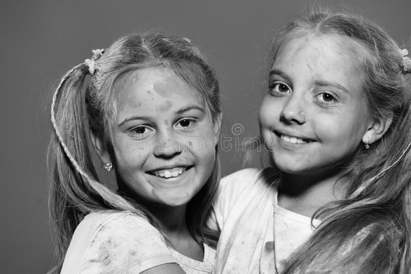 Meninas com levantar-se de sorriso da cara no fundo vermelho, fim foto de stock
