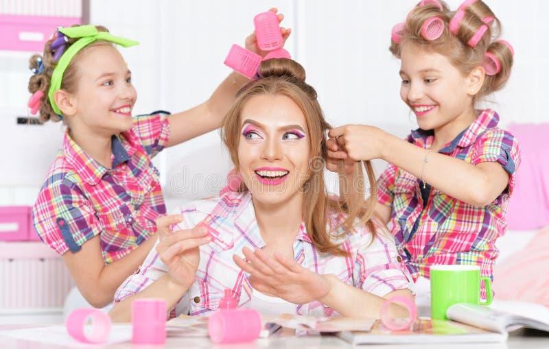 Meninas com a mãe em encrespadores de cabelo imagens de stock royalty free