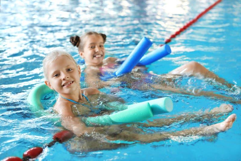 Meninas com macarronetes da natação fotografia de stock royalty free