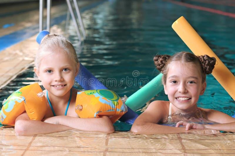 Meninas com macarronetes da natação foto de stock