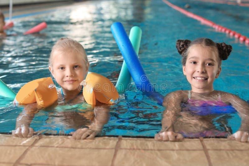Meninas com macarronetes da natação foto de stock royalty free