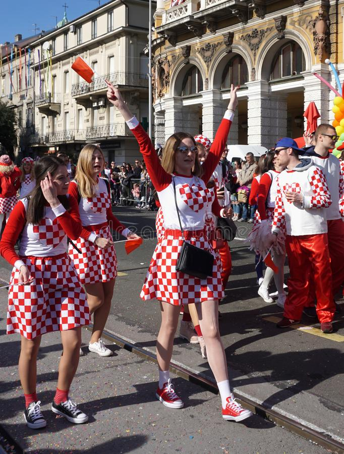 Meninas com o traje croata nacional do símbolo, cantando e para comemorar na rua da cidade Rijeka na procissão do carnaval imagens de stock royalty free