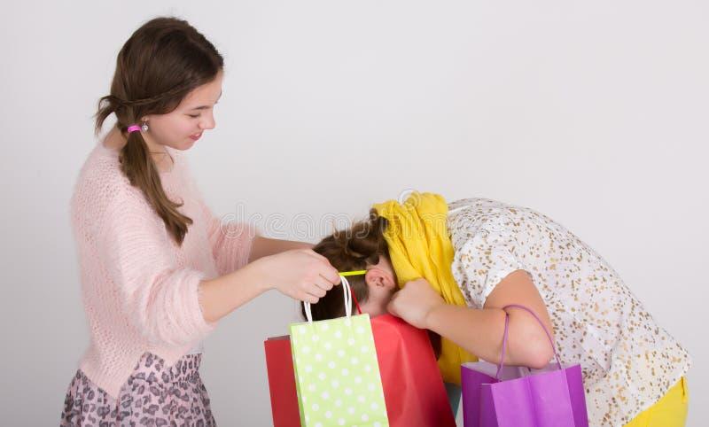 Meninas com sacos de compra imagem de stock