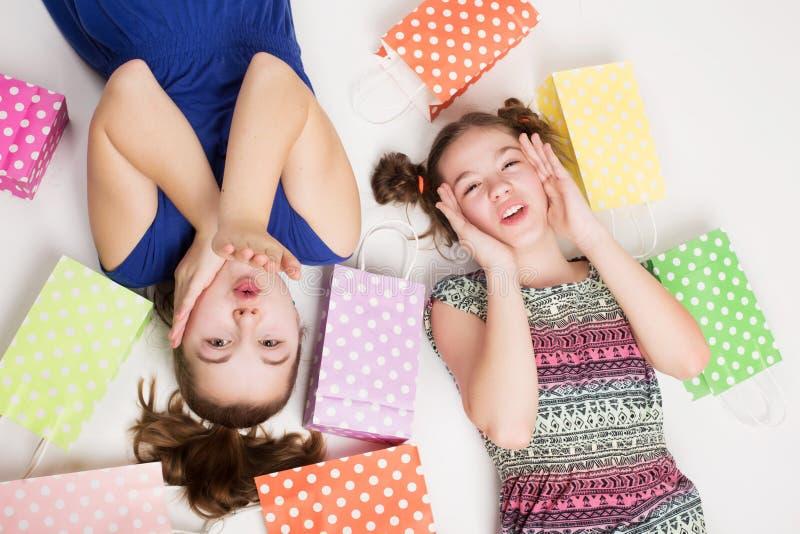 Meninas com sacos de compra foto de stock