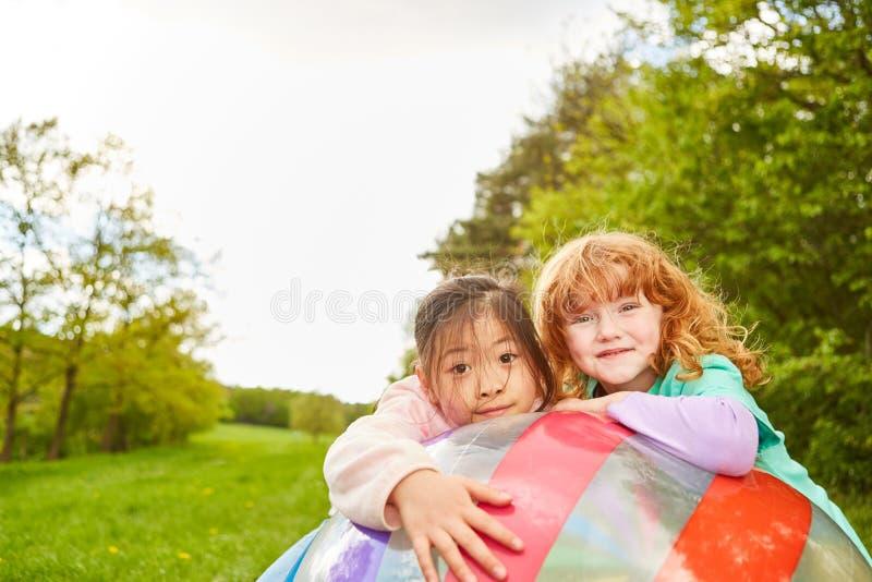 Meninas como melhores amigos no basebol imagem de stock royalty free
