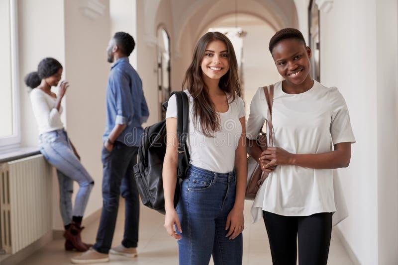 Meninas consideravelmente africanas e caucasianos dos estudantes foto de stock