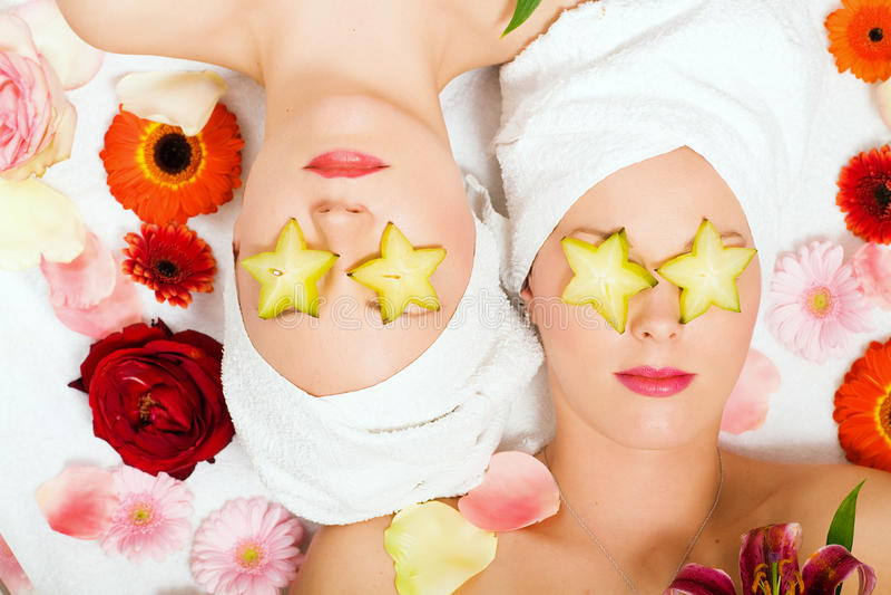 Meninas da beleza da fruta de estrela nos termas imagem de stock royalty free