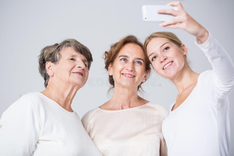 Meninas da família que tomam o selfie imagens de stock royalty free