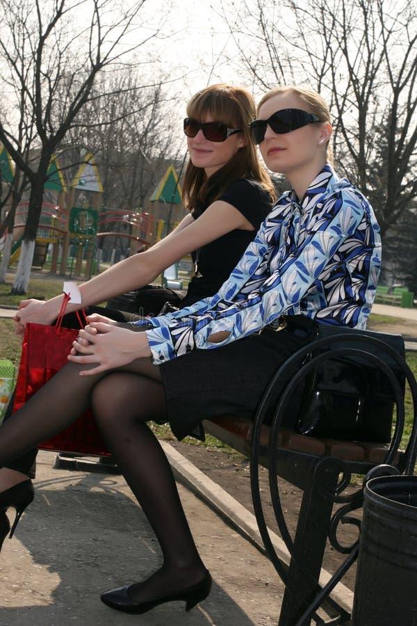 Meninas da forma que relaxam após a compra fotos de stock