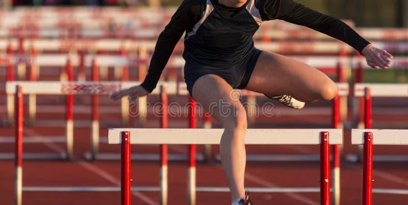 Meninas da High School que correm uma raça de obstáculos fotografia de stock royalty free
