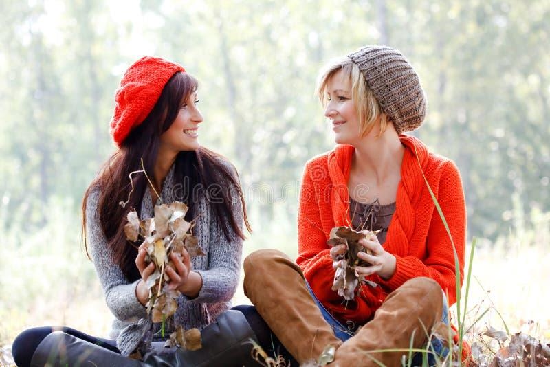 Meninas da queda do outono do parque foto de stock royalty free