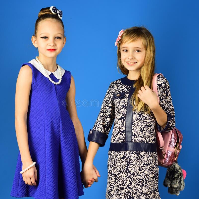 Meninas das crianças no vestido, na família e nas irmãs Irmãs do modelo de forma da família, beleza Forma e beleza, princesa pequ fotografia de stock royalty free