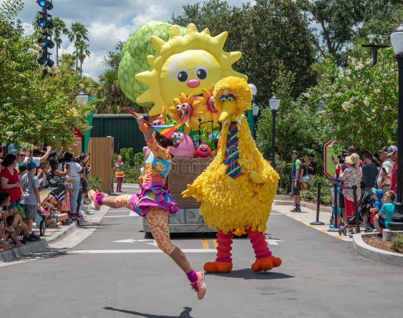 Meninas de Big Bird e de dança na parada do partido do Sesame Street em Seaworld 6 fotografia de stock