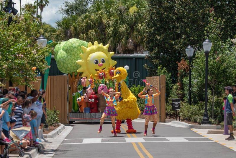 Meninas de Big Bird e de dança na parada do partido do Sesame Street em Seaworld 1 foto de stock royalty free