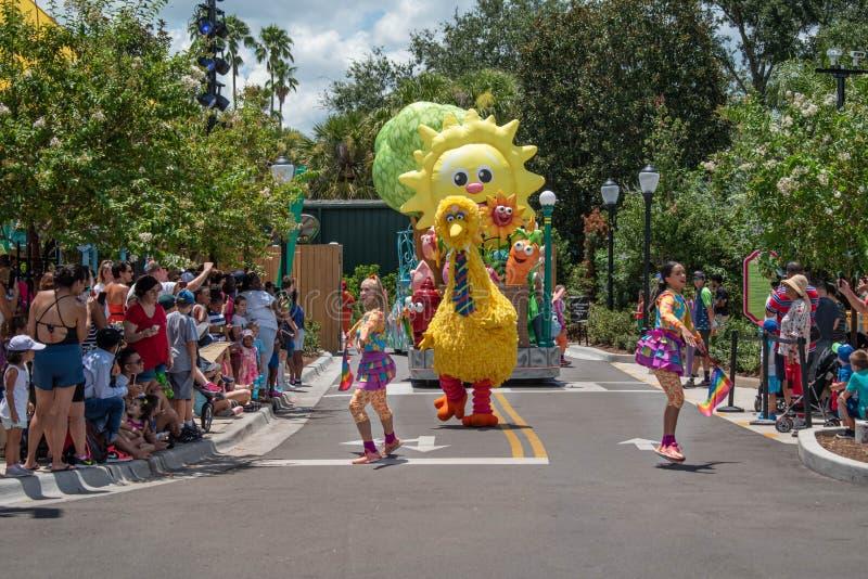 Meninas de Big Bird e de dança na parada do partido do Sesame Street em Seaworld 2 imagem de stock royalty free