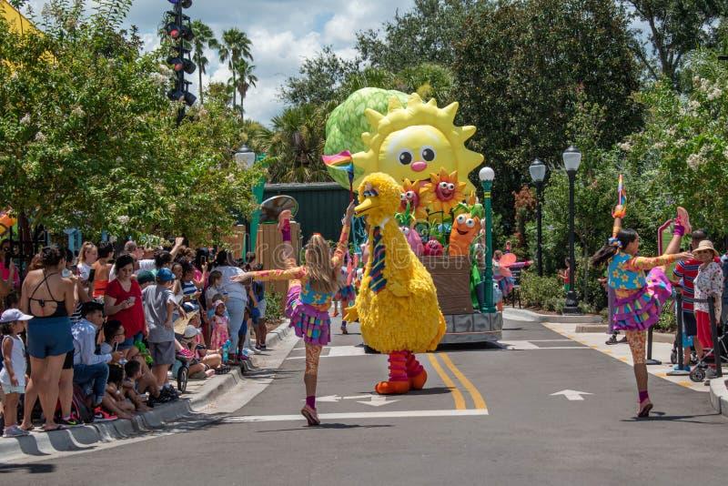 Meninas de Big Bird e de dança na parada do partido do Sesame Street em Seaworld 4 imagens de stock royalty free