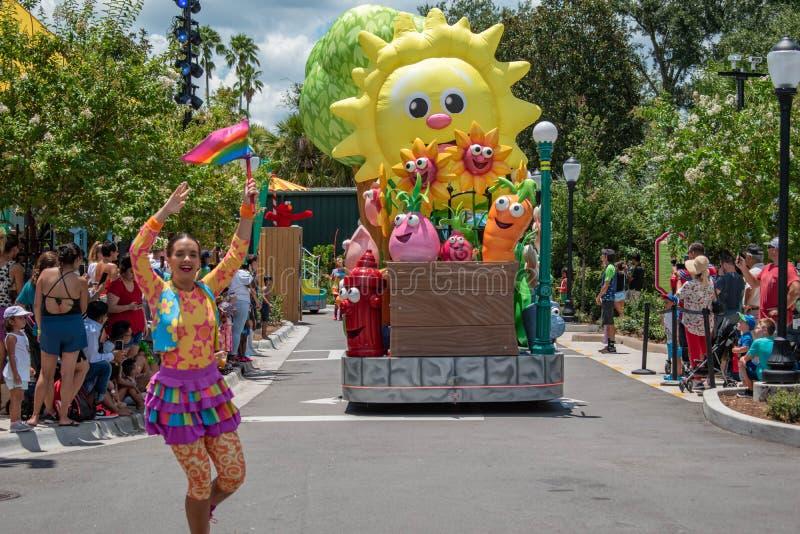 Meninas de Big Bird e de dança na parada do partido do Sesame Street em Seaworld 7 imagens de stock