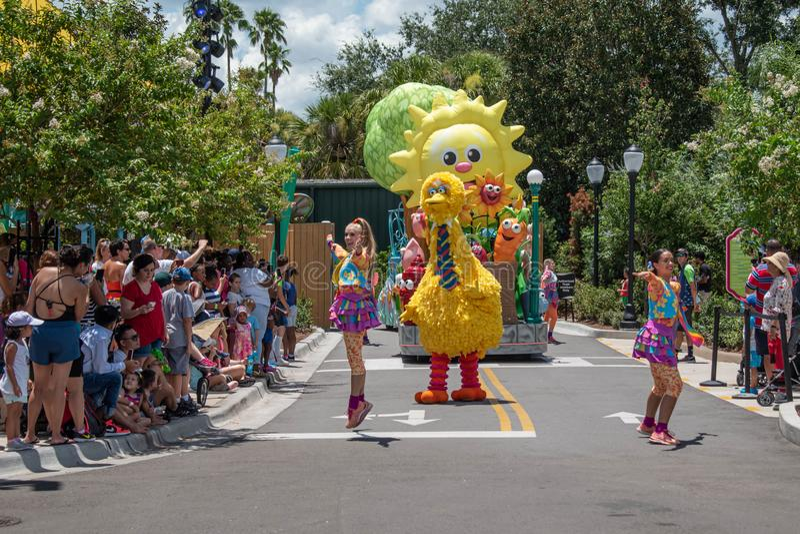 Meninas de Big Bird e de dança na parada do partido do Sesame Street em Seaworld 3 fotos de stock royalty free