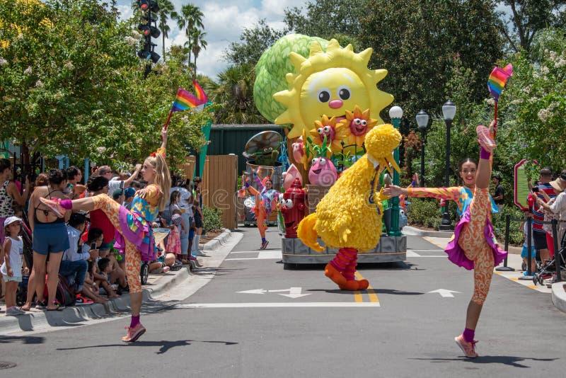 Meninas de Big Bird e de dança na parada do partido do Sesame Street em Seaworld 5 fotos de stock royalty free