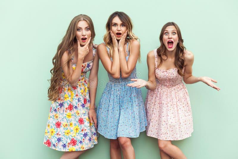 Meninas de cabelos compridos 'sexy' no vestido, olhando a câmera com cara surpreendida foto de stock