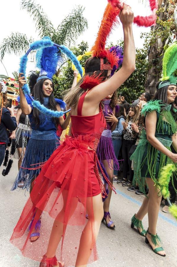 Meninas de dança do arco-íris no carnaval alaranjado da flor na província de Adana de Turquia - 6 de abril de 2019 fotos de stock