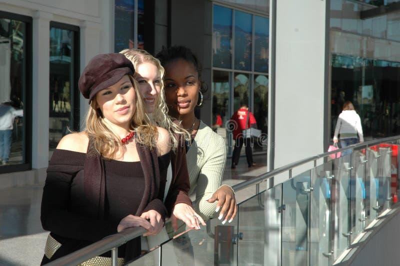 Meninas de loja imagens de stock royalty free