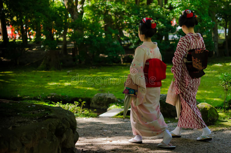 Meninas de Maiko e jardim japonês, Kyoto Japão imagem de stock