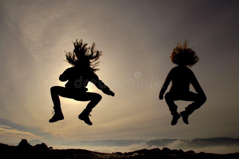 Meninas de salto que têm o divertimento imagem de stock