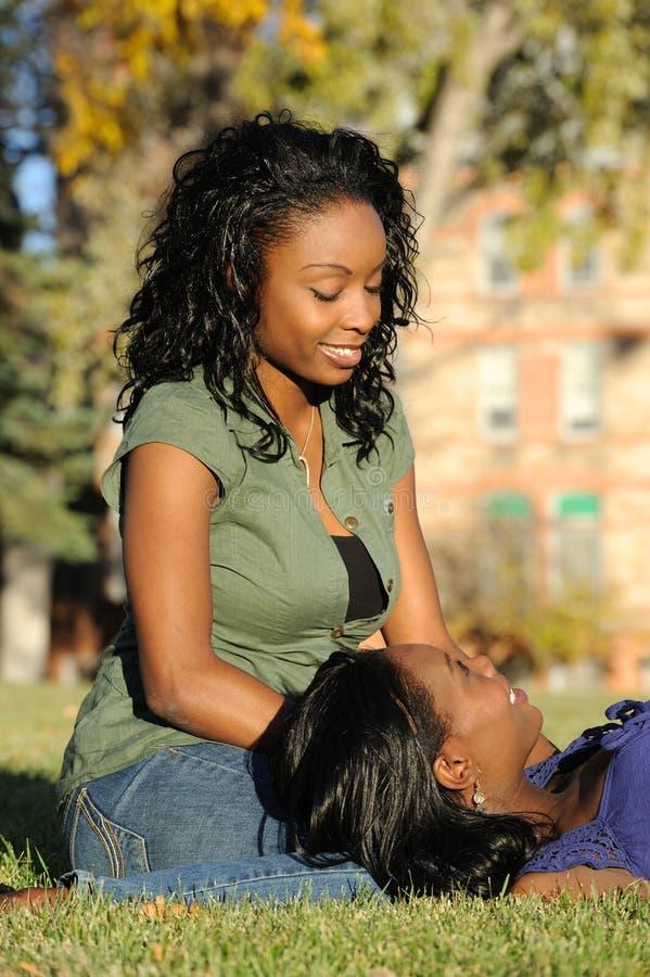 Meninas de sorriso bonitas do americano africano fotografia de stock