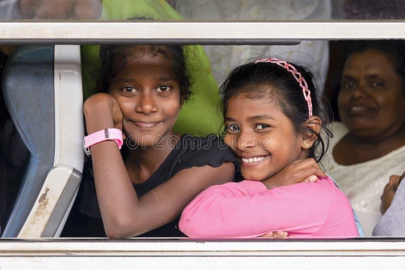 Meninas de sorriso no vagão do trem, Sri Lanka imagem de stock
