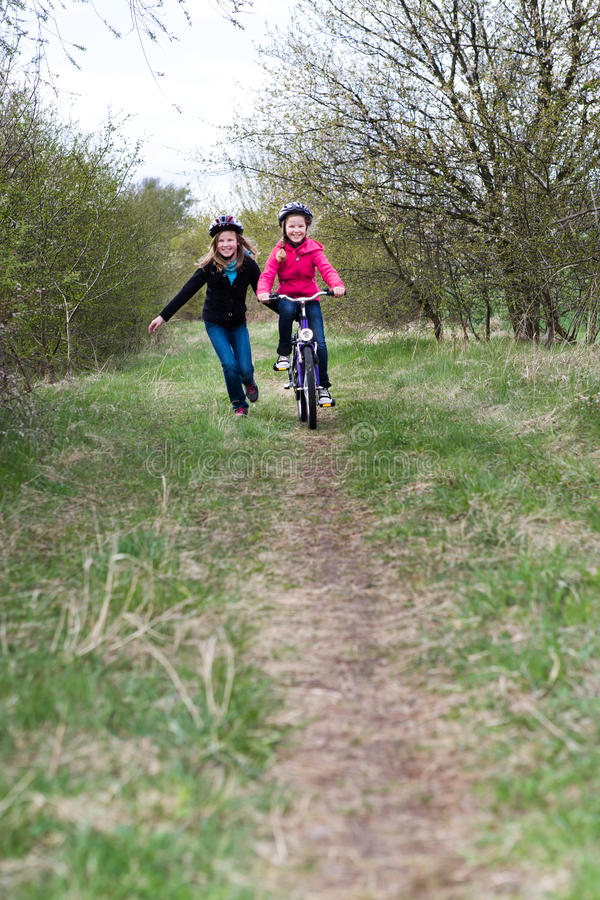 Meninas do ciclismo fotos de stock royalty free