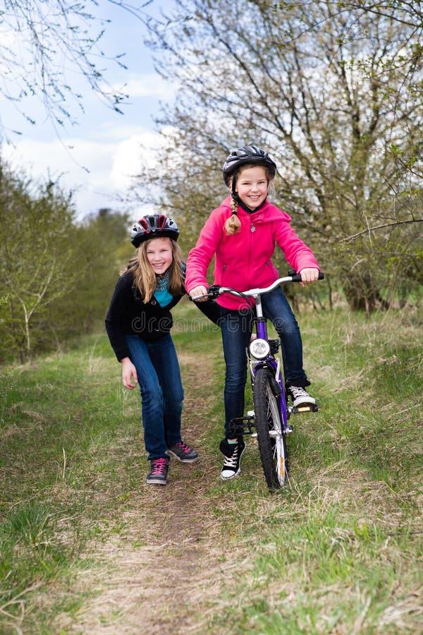 Meninas do ciclismo fotos de stock