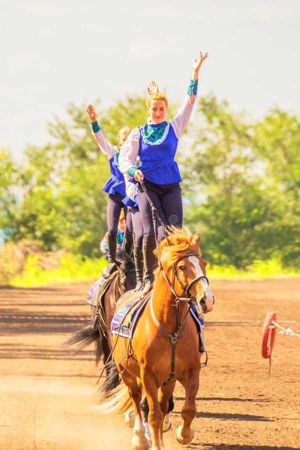 Meninas do grupo de dzhigitovki para executar a cavalo truques complexos fotografia de stock