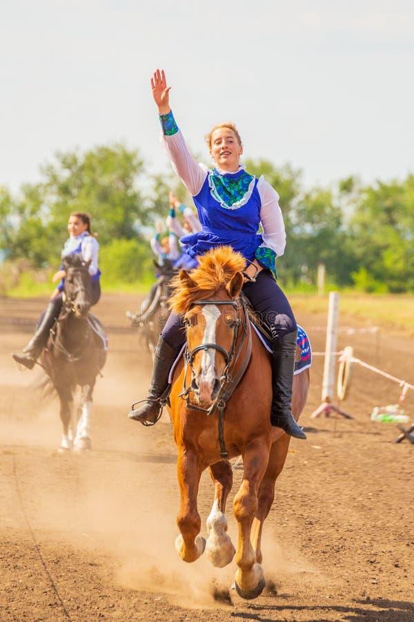 Meninas do grupo de dzhigitovki para executar a cavalo truques complexos foto de stock royalty free