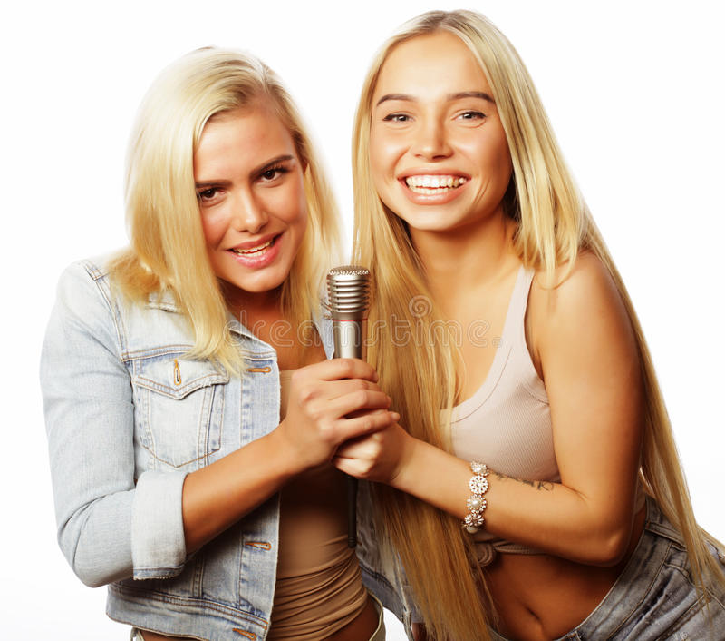 meninas do moderno da beleza com um microfone que cantam e que têm o divertimento imagens de stock royalty free
