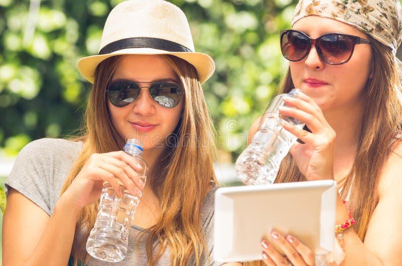 Meninas do moderno que levantam fora fotos de stock
