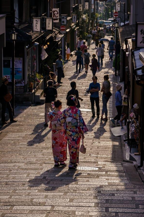 Meninas do quimono e pavimento de pedra, Kyoto Japão imagem de stock
